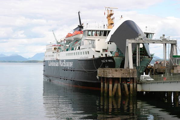 Ferry「The Caledonian MacBrayne ferry Isle of Mull unloading cars at the jetty at Craignure on the Isle of Mull. July 2004.」:写真・画像(15)[壁紙.com]