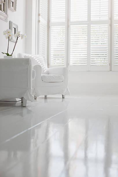 Armchair in elegant white living room:スマホ壁紙(壁紙.com)