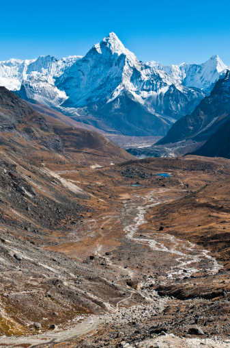 Khumbu「Snowy peaks dramatic mountain pinnacles remote glacier valley trail Himalayas」:スマホ壁紙(0)