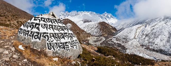 Island Peak「Buddhist mani stone carved mantra Khumbu valley panorama Himalayas Nepal」:スマホ壁紙(0)