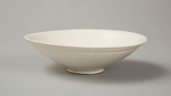 Bowl「A shallow cream glazed bowl with rolled rim andraised footrim, Tang dynasty, c.800-900」:写真・画像(11)[壁紙.com]
