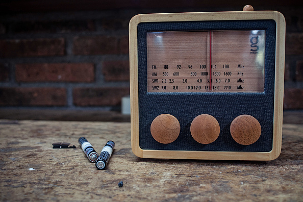 ラジオ「Indonesian Carpenters Make Sustainable Ebony Radios」:写真・画像(17)[壁紙.com]