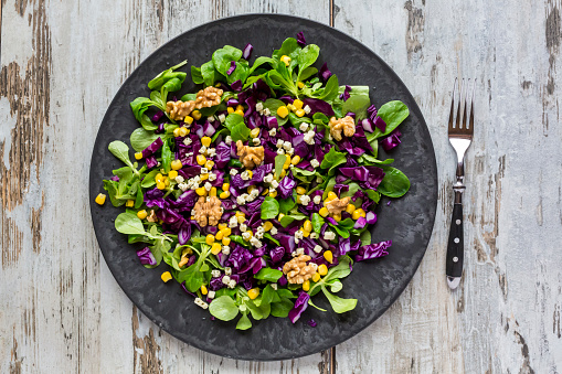 Red Cabbage「Winter salad with lamb's lettuce, red cabbage, corn and feta cheese on plate」:スマホ壁紙(5)