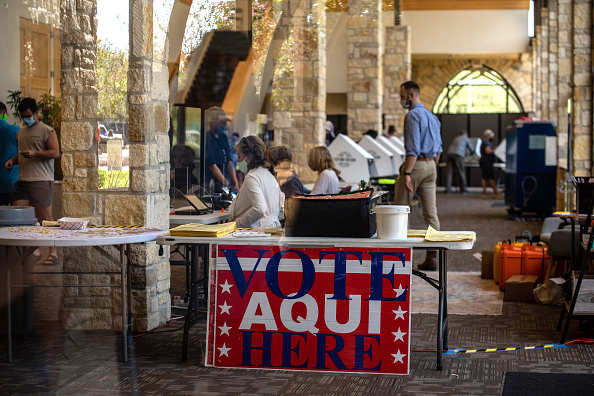 Texas「People Go To The Polls On First Day Of Early Voting In Texas」:写真・画像(8)[壁紙.com]