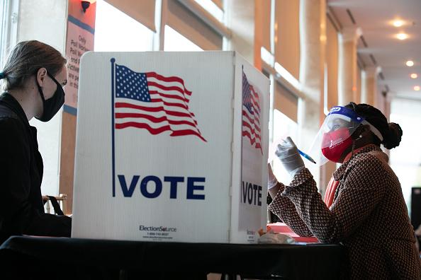 選挙「Across The U.S. Voters Flock To The Polls On Election Day」:写真・画像(15)[壁紙.com]