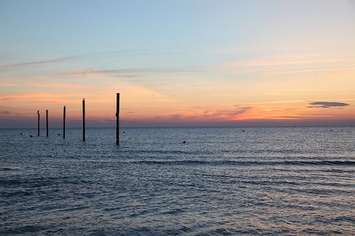 海「logs in the sea at sunset」:スマホ壁紙(2)
