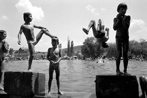 子供「Boys jumping into water (B&W)」:写真・画像(7)[壁紙.com]