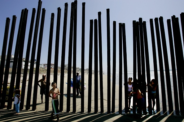 Peeking「Number Of Illegals Caught Entering The U.S. Drops」:写真・画像(13)[壁紙.com]