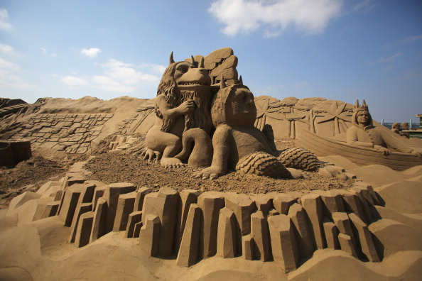 Weston-super-Mare「Sculptors Place The Finishing Touches To Their Once Upon a Time Sand Sculptures」:写真・画像(1)[壁紙.com]