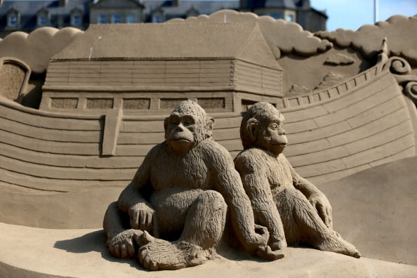 Weston-super-Mare「Sculptors Place The Finishing Touches To Their Once Upon a Time Sand Sculptures」:写真・画像(2)[壁紙.com]