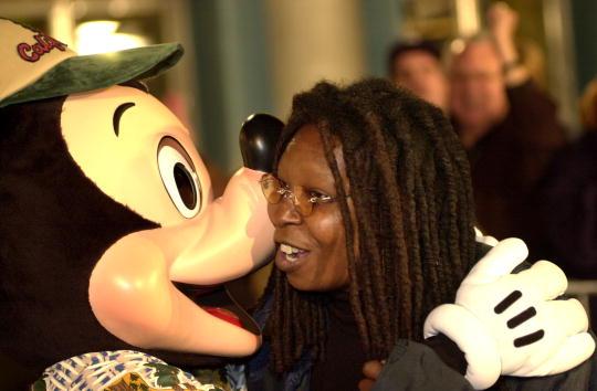 ミッキーマウス「Celebrities Arrive at Opening of Disney Theme Park」:写真・画像(2)[壁紙.com]