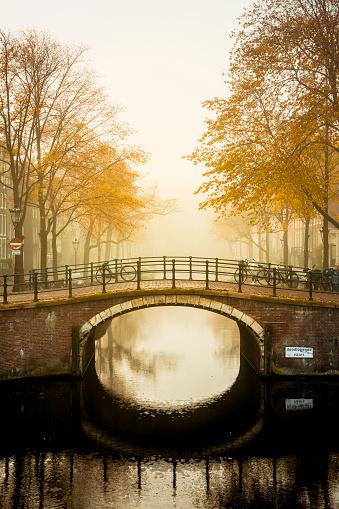 Amsterdam「Reguliersgracht at Amstelveld in fog」:スマホ壁紙(19)