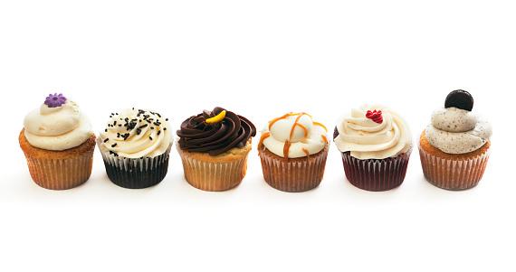 カップケーキ「バラエティー豊かな美味しいケーキ選択列、甘いケーキに白背景」:スマホ壁紙(0)