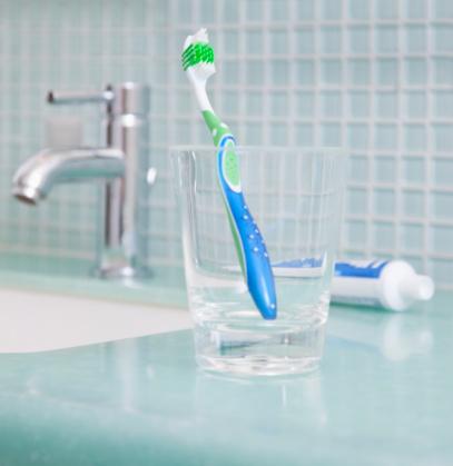 スイセン「Toothbrush in a cup in the bathroom」:スマホ壁紙(0)