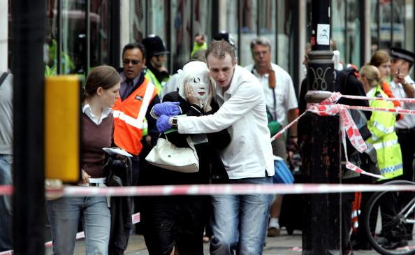 英国 ロンドン「Emergency Services On The Scene Of Blast On London Tube」:写真・画像(10)[壁紙.com]