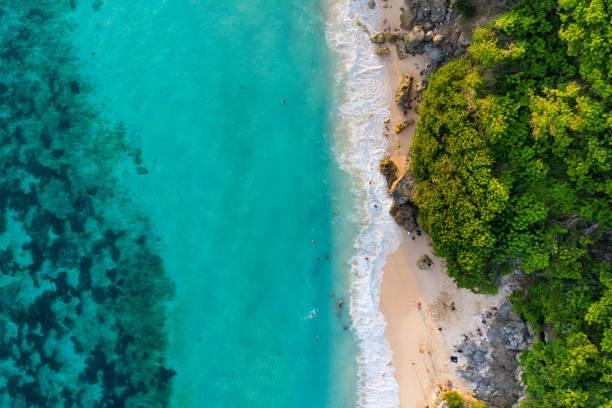 バリ島-上からビーチ。ストレートドローンショット:スマホ壁紙(壁紙.com)