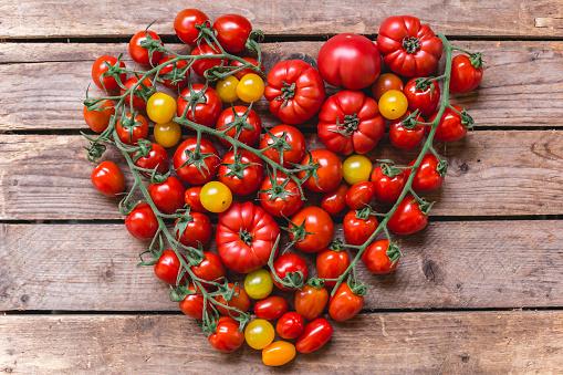 Beefsteak Tomato「Various sorts of tomatoes building heart on wood」:スマホ壁紙(6)