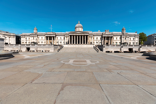 Central London「UK, London, Trafalgar Square and the National Gallery building on a sunny day」:スマホ壁紙(2)
