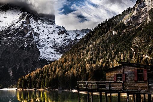 寂しさ「イタリア ・ ドロミテの美しい景色の湖 Braies」:スマホ壁紙(10)