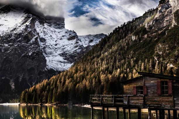 Lake Braies in Italy - scenic view of Dolomites:スマホ壁紙(壁紙.com)