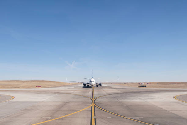 straight on view of a jet airplane taxing on an airport runway:スマホ壁紙(壁紙.com)