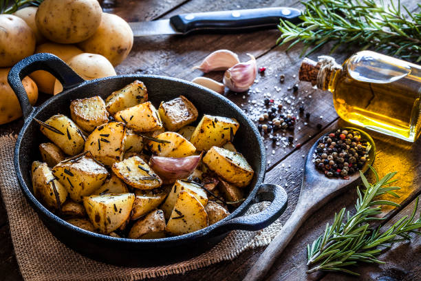 Roasted potatoes on wooden kitchen table:スマホ壁紙(壁紙.com)