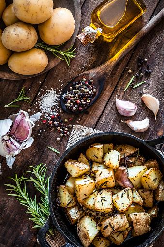Cast Iron「Roasted potatoes on wooden kitchen table」:スマホ壁紙(17)
