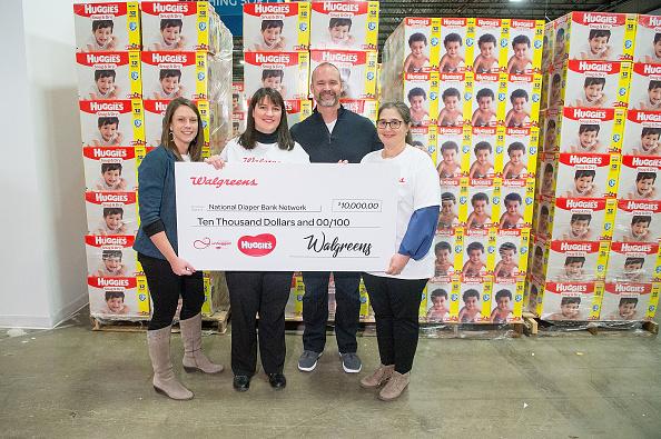 クレヨン「Huggies And Walgreens Donate 250,000 Diapers To Chicago Nonprofit With David Ross」:写真・画像(2)[壁紙.com]