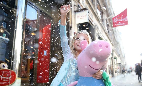 Fake Snow「Hamleys Unveil Their Christmas Window」:写真・画像(2)[壁紙.com]