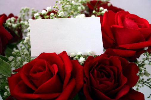 Heterosexual Couple「Beautiful red roses with a blank message tag」:スマホ壁紙(10)
