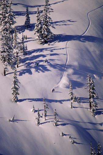スノーボード「Person snowboarding down mountain, elevated view」:スマホ壁紙(15)