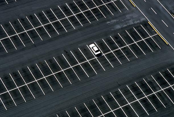 Car in parking lot:スマホ壁紙(壁紙.com)