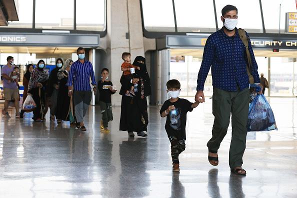 Arrival「Afghan Refugees Arrive At Dulles Airport Outside Nation's Capital」:写真・画像(9)[壁紙.com]