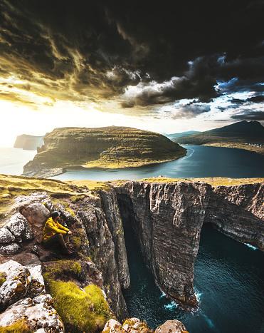 美しさ「フェロー諸島で崖の上に男」:スマホ壁紙(17)