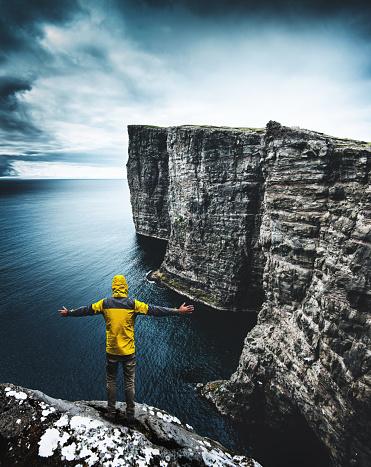 美しさ「フェロー諸島で崖の上に男」:スマホ壁紙(16)