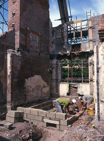 Brick Wall「Rebuilding of 16th century Grade II listed country house with retained facade.  Bricklayers building new walls under retained chimneys and walls.」:写真・画像(12)[壁紙.com]