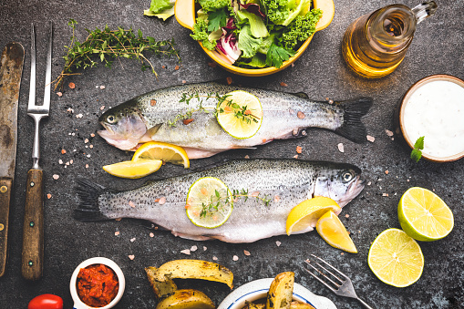 Sea Bream「Fresh fish with spices, vegetables and herbs on slate background ready for cooking」:スマホ壁紙(15)