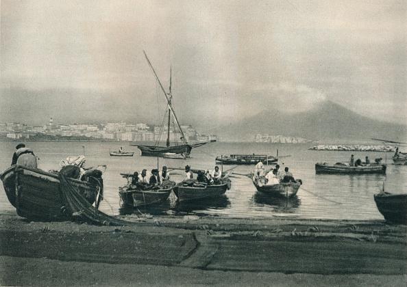 20世紀「Fishermen putting to sea, Naples, Italy」:写真・画像(15)[壁紙.com]