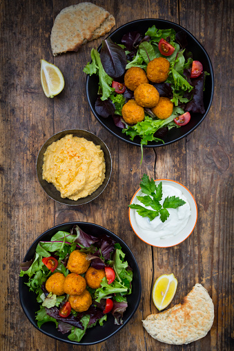 Hummus - Food「Bowls of mixed salad, tomatoes, sweet patato Falafel and Hummus, yoghurt sauce and flat bread」:スマホ壁紙(11)