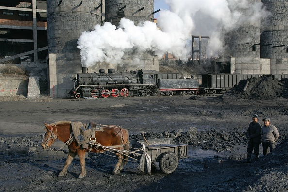 Drying「Coal slurry from the washer at Beichang north eastern China is collected by horse and cart for drying out and subsequent sale. Industrial SY class 2-8-2s pass by in the background. November 2006.」:写真・画像(8)[壁紙.com]