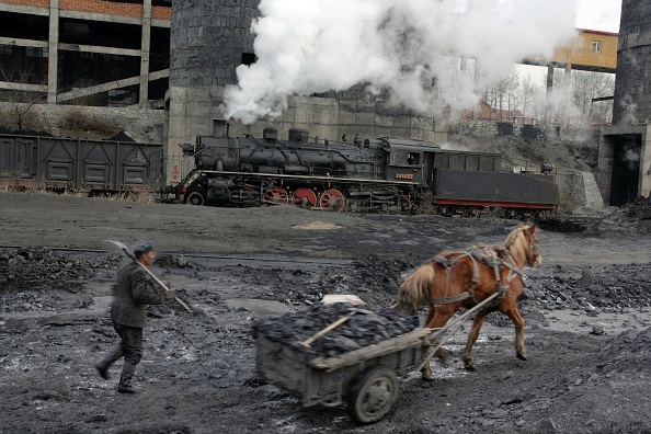 Drying「Coal slurry from the washer at Beichang north eastern China is collected by horse and cart for drying out and subsequent sale. Industrial SY class 2-8-2s pass by in the background. November 2006.」:写真・画像(11)[壁紙.com]