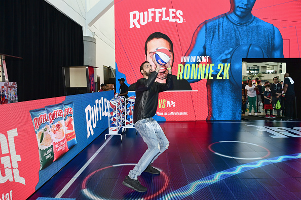 スポーツリーグ「Ruffles, the Official Chip of the NBA, and Presenting Partner of the NBA Celebrity All-Star Game unveils 'THE RIDGE' 4-Point During NBA All-Star Weekend」:写真・画像(2)[壁紙.com]