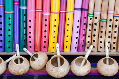 Focus On Background「Gourds and Colorful Wooden Flutes, Marketplace, Mexico」:スマホ壁紙(12)