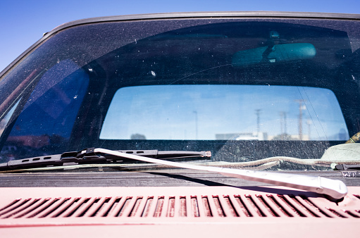 Windshield Wiper「A windshield wiper is necessary for the dirty windshield.」:スマホ壁紙(3)