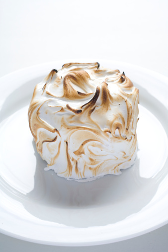 Toasted Food「Meringue pie with marshmellow frosting, studio shot」:スマホ壁紙(5)