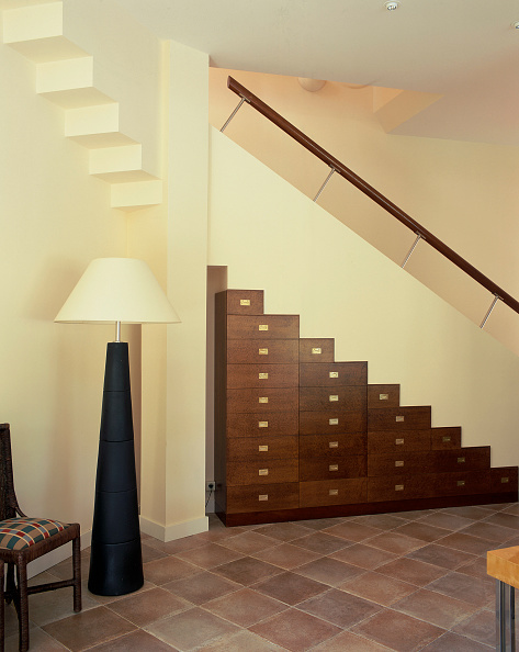 Staircase「View of a stepped cabinet against a staircase」:写真・画像(18)[壁紙.com]