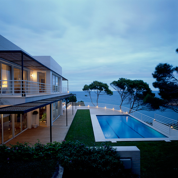 Horizon「View of a swimming pool attached to a house」:写真・画像(10)[壁紙.com]
