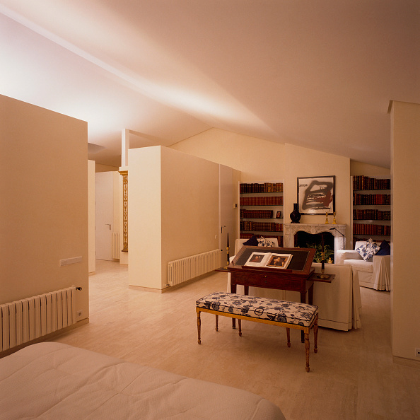 Shelf「View of a spacious library painted in white」:写真・画像(18)[壁紙.com]