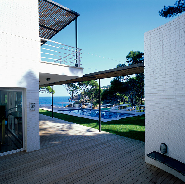 Modern「View of a swimming pool outside a house」:写真・画像(13)[壁紙.com]