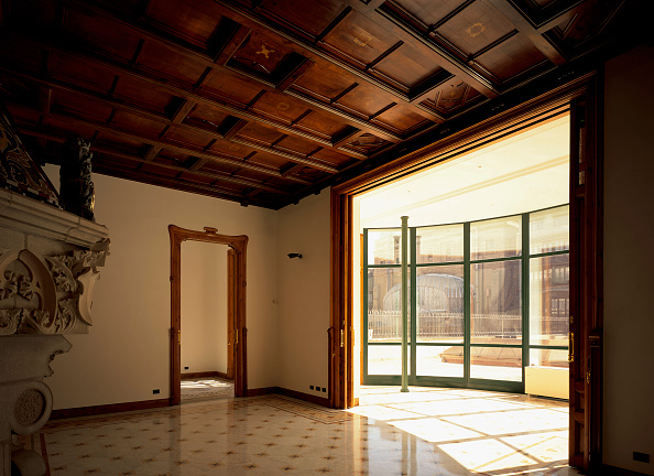 Ceiling「View of a spacious hall with tiled flooring」:写真・画像(1)[壁紙.com]